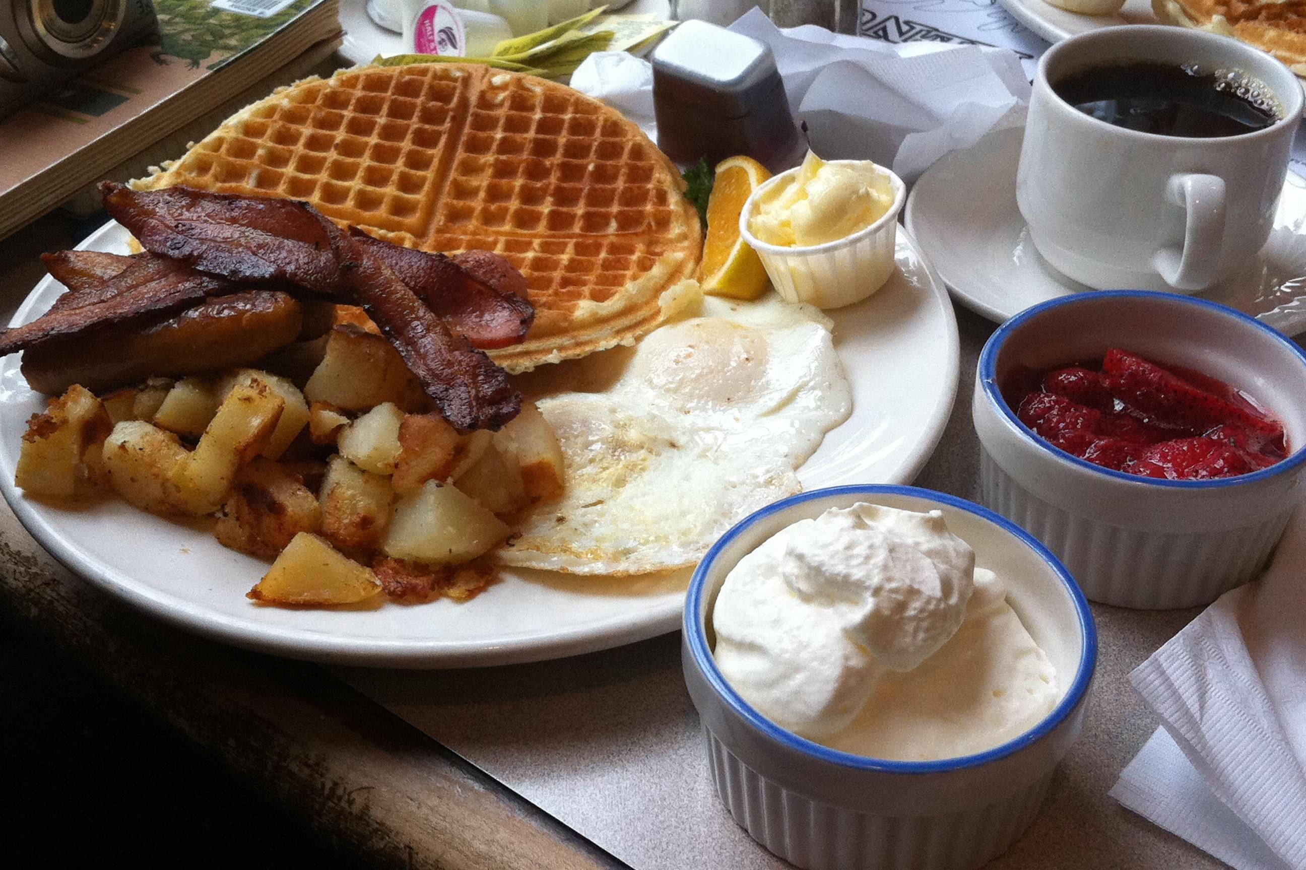 típico café da manhã americano na Waffle House